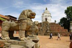 BHAKTAPUR, NP - VERS en août 2012 - statue de lion dans la place de Durbar, Photographie stock libre de droits