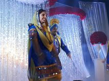 Bhangra-Tänzer, die am Stadium durchführen stockfoto