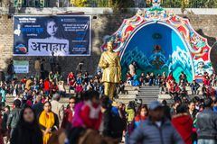 Bhanubhakta阿查里亚雕象Chowrasta购物中心的与人人群在大吉岭,印度 库存图片