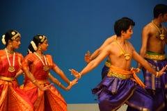 Bharatnatyam印地安舞蹈小组表现 库存图片