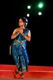 Bharatnatyam Künstler auf Stufe stockfoto