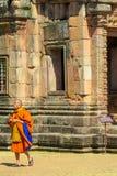 Bhikkhu буддийского монаха в wat древнего храма Таиланда Стоковые Фото