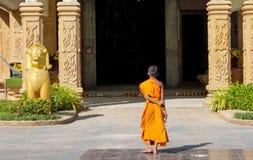Bhikkhu del monje budista en wat del templo antiguo de Tailandia Foto de archivo