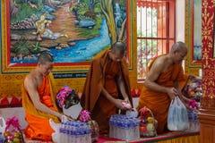 Bhikkhu del monje budista en wat del templo antiguo de Tailandia Imagen de archivo