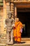 Bhikkhu del monje budista en wat del templo antiguo de Tailandia Foto de archivo libre de regalías