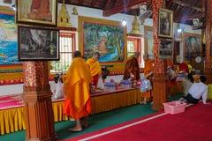Bhikkhu del monje budista en wat del templo de Tailandia Imagen de archivo libre de regalías