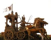 Bhilai, Chhattisgarh, Índia - 26 de outubro de 2009 estátua dourada de Arjuna e Lord Krishna de Mahabharata foto de stock royalty free
