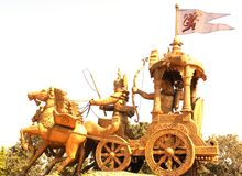 Bhilai, Chhattisgarh, Indien - 26. Oktober 2009 goldene Statue von Lord Krishna und von Arjuna auf Kampfwagen Stockfotografie