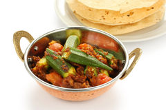 Bhindi masala,秋葵咖喱,与papad 免版税库存照片