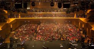 Bühne hinter dem Vorhang am Konzertsaal Stockfotografie