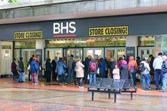 BHS som ner stänger sig Köa till salu fynd Royaltyfria Bilder