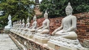 Bhuda sclupturesammanträde för ber Arkivfoto