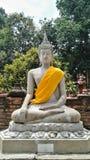 Bhuda sclupturesammanträde för ber Royaltyfria Bilder