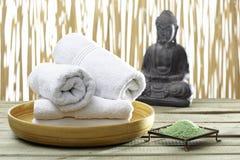 Bhuddha,毛巾,腌制槽用食盐 免版税图库摄影