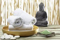 Bhuddha,毛巾,腌制槽用食盐 免版税库存照片