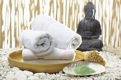 Bhuddha,毛巾,腌制槽用食盐 免版税库存图片
