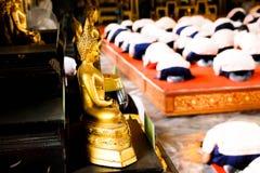 Bhuddhaen välsignar den bra mannen Royaltyfri Foto