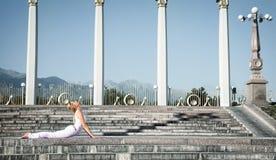 bhujangasana眼镜蛇姿势都市瑜伽 免版税库存照片