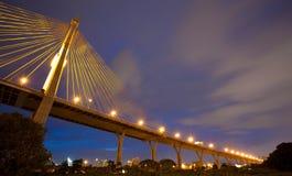 Bhumibol兆桥梁(工业圆环兆桥梁)在晚上,禁令 免版税库存照片