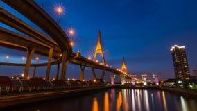 Bhumibol桥梁在微明下 免版税库存照片