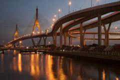Bhumibol桥梁的暮色风景看法 免版税图库摄影