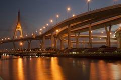 Bhumibol桥梁的暮色风景看法 免版税库存图片