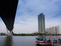 Bhumibol河上的桥 免版税库存图片