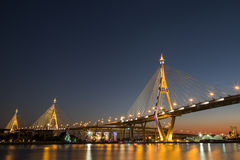 Bhumibol-Brücke an der Dämmerung Stockfotografie