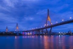 Bhumibol-Brücke von unterhalb in der Nachtzeit mit Reflexion lizenzfreie stockfotos