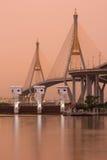 Bhumibol bro, den industriella cirkelbron på gryning Arkivfoton