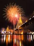 Bhumibol bro med fyrverkerier Royaltyfria Bilder