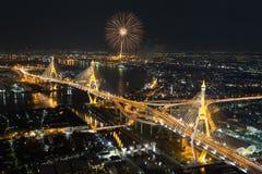 Bhumibol bro med fyrverkerier Arkivfoton