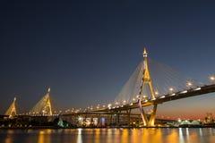 Bhumibol bro på skymning Arkivbild