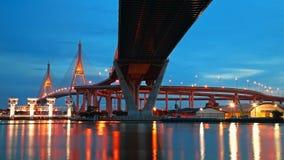 Bhumibol upphängningbro över den Chao Phraya floden på skymning Arkivbilder