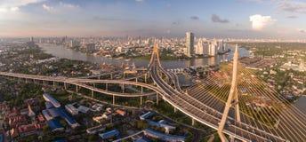 Bhumibolbrug en Chao Phraya River in Bangkok, Thailand, Luchthommelschot Stock Afbeelding