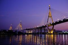 Bhumipholbrug bij schemering Stock Foto's