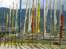 Bhutan - de Vlaggen van het Gebed boven Thimphu Stock Afbeelding
