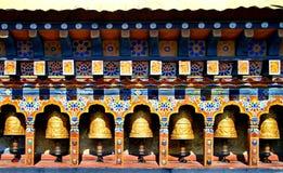 Bhutan de Wielen van het Boeddhismegebed in tempel Royalty-vrije Stock Foto's