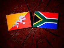 Bhutan flaga z południe - afrykanin flaga na drzewnym fiszorku odizolowywającym Obrazy Stock