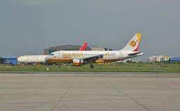 Bhutan-Fluglinien an internationalem Flughafen Nepals Tribhuvan Stockfotografie