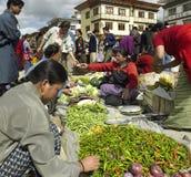 Bhutan - Jedzenie rynek - Miasteczko Paro obraz stock