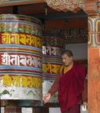 Bhutan - vändande bönhjul för buddistisk Monk royaltyfri fotografi