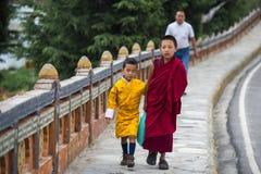 Bhutanese młodzi bracia, dwa chłopiec w tradycyjnym odziewają, Bhutan zdjęcie stock