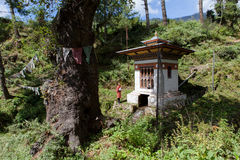 Bhutanese man prays in front of stupa Royalty Free Stock Photography