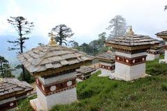 Bhutanesiska stilstupas på Dochulaen passerar i Bhu Fotografering för Bildbyråer