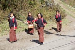 Bhutanesiska studenter, Chhume by, Bhutan Royaltyfria Bilder