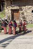 Bhutanesiska studenter, Chhume by, Bhutan Arkivbild