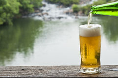 Bière à la cascade. photo stock