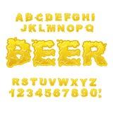 Bière ABC Alphabet alcoolique lettres de boissons Police liquide jaune Images stock
