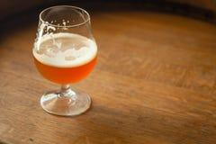 Bière anglaise ambre sur un baril Photographie stock libre de droits